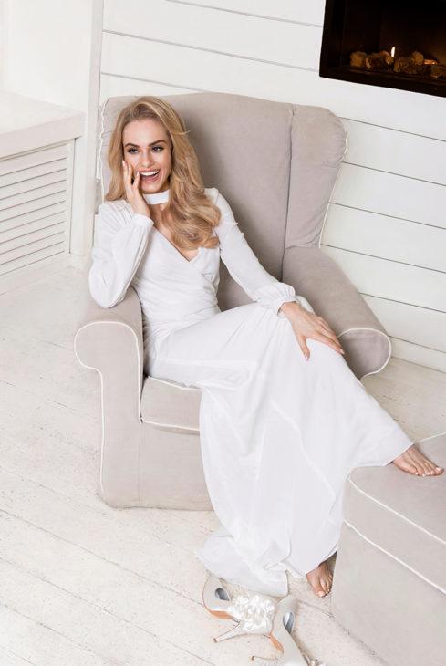 Siedząca kobieta w sukni ślubnej